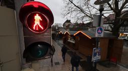 Lampu lalu lintas bergambar siluet Elvis Presley tengah berdansa di Friedberg, Jerman pada 7 Desember 2018. Elvis menjadi ikon lampu merah di kota yang pernah didatanginya ketika wajib militer Amerika Serikat antara 1958 - 1960. (Yann Schreiber / AFP)