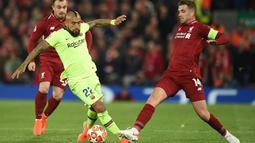 Gelandang Barcelona, Arturo Vidal (kiri) berebut bola dengan gelandang Liverpool, Jordan Henderson pada pertandingan leg kedua semifinal Liga Champions di Anfield di Liverpool, barat laut Inggris pada 7 Mei 2019. Inter kabarnya harus mengeluarkan uang 1 juta euro kepada Barcelona. (AFP/Oli Scarff)