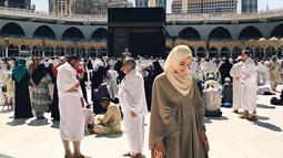 Saat bertandang ke Mekkah, Luna Maya mengejutkan publik dengan penampilannya yang menyejukkan. Kala itu, Luna Maya khusyuk menjalani ibadah Umrohnya. Pasalnya, dirinya baru mengunggah fotonya di Tanah Suci sehari menjelang bulan Ramadan tahun 2019 ini.(Www.sulawesita.com)