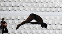 Aksi seorang atlet loncat indah saat bersaing dalam babak penyisihan nomor springboard 3m putra Asian Games 2018 di arena Aquatic Centre, GBK, Jakarta, Jumat (31/8).(merdeka/Imam Buhori)