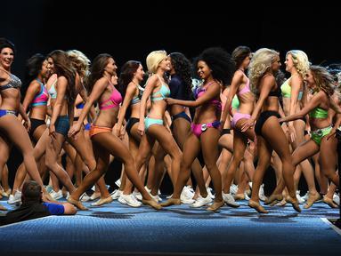 Calon cheerleaders berjalan di catwalk saat mengikuti audisi cheerleaders Los Angeles Rams di Los Angeles, California (17/4). Sekitar 500 wanita seksi dan cantik bersaing untuk menjadi cheerleaders tim football Los Angeles Rams. (AFP PHOTO/Mark Ralston)