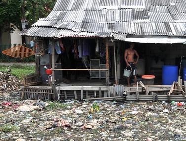Aktivitas Warga Tarumajaya yang Terkepung Kali Sampah