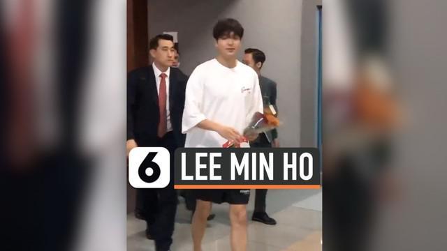 Belum lama ini, Aktor Korea Lee Min Ho mengunjungi pulau dewata, Bali. Kunjungannya tersebut dalam rangka pemotretan. Kehadirannya di Bali membuat para fans berusaha menemui dirinya. Seperti wanita ini yang teriak histeris ketika Lee Min Ho menyalami...