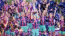 Para pemain Barcelona melakukan selebrasi usai menjuarai Liga Champions Wanita setelah menaklukkan Chelsea di Gothenburg, Swedia, Senin (17/5/2021). Barcelona menang dengan skor 4-0. (AFP/Jonathan NackStrand)