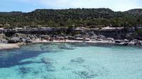 Pemandangan udara memperlihatkan pengunjung menikmati Semenanjung Akamas di sepanjang pantai barat Siprus (31/5/2020). Sampai tahun 2000, semenanjung itu digunakan oleh Angkatan Darat Inggris dan Angkatan Laut untuk latihan militer dan sebagai jarak tembak. (AFP Photo/Etienne Torbey)