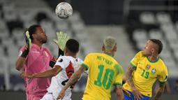 Brasil bermain dominan di awal babak pertama. Namun kiper Peru, Pedro Gallese tampil gemilang dan mampu menggagalkan beberapa peluang yang terjadi. Ia tercatat melakukan lima kali penyelamatan kala laga sudah berjalan 25 menit. (Foto: AFP/Carl De Souza)