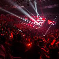 Anggota iKON melakukan aksi mengejutkan saat konser. (YG Entertainment)