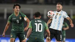 Bek Argentina, German Pezzella mengontrol bola di depan pemain Bolivia, Henry Vaca dan Marcelo Martins pada Kualifikasi Piala Dunia 2022 zona Amerika Selatan, di Stadion El Monumentttal, Jumat (10/9/2021). Hat-trick Lionel Messi membuat Argentina menang 3-0. (AP/Natacha Pisarenko, Pool)