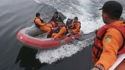 Personel Basarnas melakukan pencarian korban KM Sinar Bangun yang tenggelam di Danau Toba, Sumatra Utara, Rabu (20/6). Hingga hari ketiga, sebanyak 18 penumpang selamat, dua tewas dan 160 lainnya masih dalam proses pencarian. (AP/Binsar Bakkara)