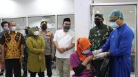 Bupati Blora Arief Rohman, Wakil Bupati Blora Tri Yuli Setyowati, Kapolres Blora AKBP Wiraga Dimas Tama, dan Plt Kepala Dinkes Blora Edi Widayat saat meninjau pelaksaan vaksinasi Covid-19. (Liputan6.com/ Ahmad Adirin)