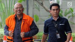 Bupati nonaktif Malang Rendra Kresna (kiri) tersenyum saat tiba di Gedung KPK, Jakarta, Kamis (1/11). Rendra tiba dengan memakai rompi tahanan dan mendapat pengawalan. (Merdeka.com/Dwi Narwoko)