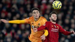 Pemain Wolvehampton Wanderers,  Max Kilman berebut bola dengan  gelandang Liverpool, Adam Lallana pada pekan ke-20 Liga Inggris 2019-2020 di Anfield, Minggu (29/12/2019). Liverpool semakin perkasa di Premier League setelah menang 1-0 atas Wolverhampton. (AP/Jon Super)