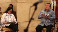 Menteri Keuangan Sri Mulyani (kiri) dan Kepala Bappenas Bambang Brodjonegoro menyimak arahan Presiden Joko Widodo atau Jokowi saat Sidang Kabinet Paripurna di Istana Negara, Jakarta, Senin (9/4). (Liputan6.com/Angga Yuniar)