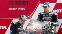 Selebrasi Maverick Vinales (kiri) dan Fabio Quartararo setelah meraih podium pada MotoGP Belanda di Sirkuit Assen, Minggu (30/6/2019). (AFP/Vincent Jannink)