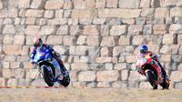 Alex Rins dan Alex Marquez bersaing di Sirkuit Motorland Aragon, Spanyol, Minggu (18/10/2020). (JOSE JORDAN / AFP)