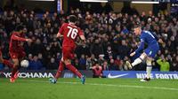 Gelandang Chelsea, Ross Barkley, berhasil mencetak satu gol sekaligus membantu timnya menang 2-0 atas Liverpool pada laga babak kelima Piala FA, di Stamford Bridge, Selasa (3/3/2020) malam waktu setempat. (AFP/DANIEL LEAL-OLIVAS)