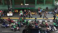 Pedagang kaki lima (PKL) dan ojek online memadati kawasan Stasiun Palmerah, Jakarta, Kamis (6/12). Kurangnya pengawasan petugas menyebabkan trotoar dan bahu jalan dipenuhi oleh PKL dan ojek online. (Liputan6.com/Immanuel Antonius)