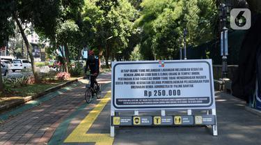 Pesepeda melintasi pedestrian seputaran Istana dan Kebun Raya Bogor, Jawa Barat, Sabtu (19/9/2020). Sebagai upaya pencegahan penularan COVID-19, Pemkot Bogor menutup sementara pedestrian seputaran Istana dan Kebun Raya Bogor pada Sabtu dan Minggu di masa PSBMK. (Liputan6.com/Helmi Fithriansyah)