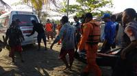 Salah satu korban musibah terbaliknya kapal nelayan Jaya Abadi di pantai Pangandaran berhasil dievakuasi tim SAR Bandung, Jawa Barat (Liputan6.com/Jayadi Supriyadin)