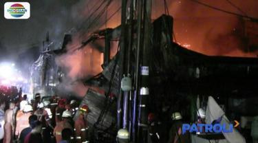 Belasan rumah di Pulogadung, Jakarta Timur, hangus terbakar. Kebakaran diduga karena puntung rokok.