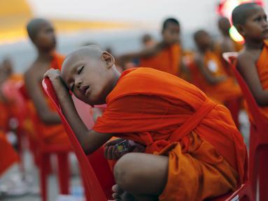 Seorang Biksu Buddha tertidur di kursi saat menunggu acara penerimaan sedekah di kuil Wat Phra Dhammakaya, Bangkok, Thailand, (22/4). Acara ini dihadiri lebih dari 100.000 biksu di Pathum Thani. (REUTERS / Jorge Silva)