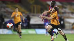 Pemain Wolverhampton Wanderers Diogo Jota berebut bola dengan pemain Crystal Palace Cheikhou Kouyate pada pertandingan Premier League di Molineux Stadium, Wolverhampton, Inggris, Senin (20/7/2020). Wolverhampton Wanderers menang 2-0. (AP Photo/Martin Rickett, Pool)