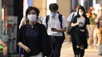 Sejumlah orang yang mengenakan masker berjalan di Tokyo, Jepang, Rabu (2/9/2020). Jepang pada 2 September 2020 melaporkan 592 kasus baru COVID-19, turun dari 633 infeksi baru yang dikonfirmasi pada hari sebelumnya. (Xinhua/Du Xiaoyi)