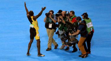 Sejumlah awak media saat mengabadikan selebrasi pelari asal Jamaica, Usain Bolt usai memenangkan medali emas kategori sprint 100 meter di Olimpiade 2016 di Rio de Janeiro, Brasil, (15/8). (REUTERS/Dominic Ebenbichler)