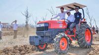 Menteri Pertanian (Mentan), Andi Amran Sulaiman bersama 6 organisasi mahasiswa islam melakukan tanam perdana jagung seluas 5.000 ha di Desa Mekarmukti.