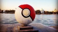 Sebuah bola Pokemon berdiri di kota yang menganggap gim tersebut sebagai iblis
