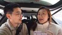 Gina Selvia dan Jay Yeon saat hendak berbelanja di sebuah supermarket di Korea Selatan yang menyediakan produk-produk Indonesia (dok. Youtube/Kimbab Family)