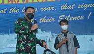 Wakasal Laksamana Madya TNI Ahmadi Heri Purwono memberikan hadiah kepada Ridho Ilhami (14). Remaja yang diselamatkan saat mengapung 3 jam di tengah laut itu mengaku ingin menjadi prajurit TNI AL. (Dok TNI AL)