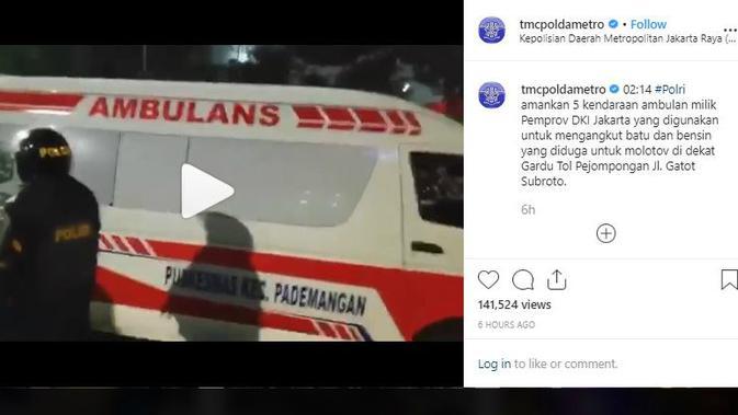 Ambulans diduga mengangkut batu. (instagram TMC Polda Metro Jaya)