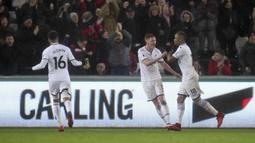 Para pemain Swansea City merayakan gol Jordan Ayew (kanan) saat menjamu Arsenal pada lanjutan Premier League di Liberty Stadium, Swansea, Wales, (30/1/2018). Arsenal kalah 1-3. (Nick Potts/PA via AP)