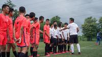 Pelatih sekaligus mantan pemain Timnas Indonesia, Bima Sakti, berbagi ilmu sepak bola dalam kegiatan Elite Training yang digelar oleh Fisik Football di Sawangan, Depok, Sabtu (29/2/2020). (Istimewa)