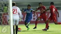 Gelandang Persib, Febri Hariyadi (kedua kanan) berusaha lolos dari kawalan pemain Semen Padang di laga perebutan tempat ketiga Piala Presiden 2017 di Stadion Pakansari, Kab Bogor, Sabtu (11/3). Persib menang 1-0. (Liputan6.com/Helmi Fithriansyah)