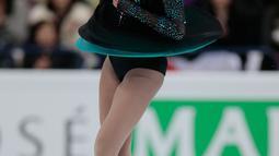 Ekspresi peserta kompetisi Es Skating wanita asal Jepang, Hongo Rika saat menunjukkan aksinya di atas seluncur es dalam ISU World Figure Skating Championships 2017 di Helsinki, Finlandia, (31/3). (AP Photo / Ivan Sekretarev)
