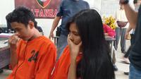 Pasutri AS (24) dan KA (21) asal Kota Palembang ditangkap usai melakukan penipuan prostitusi online (Liputan6.com / Nefri Inge)