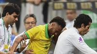 Striker Timnas Brasil Neymar meninggalkan lapangan pada uji coba melawan Qatar akibat cedera ligamen engkel. Dia dipastikan absen pada Copa America 2019. (AFP/Evaristo Sa)