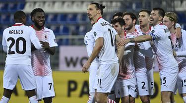 Penyerang AC Milan, Zlatan Ibrahimovic berselebrasi dengan rekan-rekannya usai mencetak gol keduannya ke gawang Cagliari pada pertandingan Liga Serie A Italia di Sardegna Arena, Selasa (19/1/2021). Ibrahimovic mencetak dua gol di pertandingan ini. (AFP/Alberto Pizzoli)
