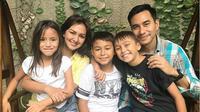 Donna Agnesia dan Darius Sinathrya bersama ketig anaknya (Instagram/@dagnesia)