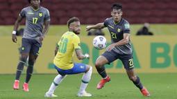Striker Brasil, Neymar, berebut bola dengan pemain Ekuador, Alan Franco, pada laga Kualifikasi Piala Dunia 2022 Zona Amerika Selatan, Minggu (5/6/2021). Brasil menang dengan skor 2-1. (AP/Andre Penner)