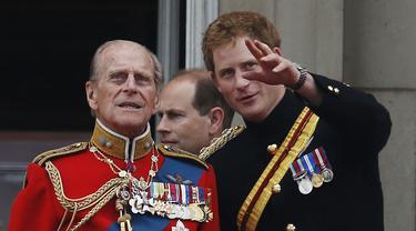 Pangeran Philip dan Pangeran Harry.  (AP Photo/Lefteris Pitarakis, File)