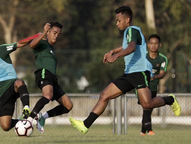 Pemain Timnas Indonesia U-22, Osvaldo Haay, berebut bola saat latihan di Lapangan G, Senayan, Jakarta, Sabtu (5/10). Latihan ini merupakan persiapan menjelang SEA Games 2019. (Bola.com/Yoppy Renato)
