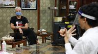 Keinginan Kurnia Khoirul Chandra (24), seorang penyandang tuna rungu untuk bisa magang akhirnya dikabulkan Gubernur Jawa Tengah Ganjar Pranowo, Jumat (28/8/2020).