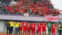 Semen Padang memberikan ucapan terima kasih kepada suporter seusai pertandingan melawan Persita di  Stadion Utama Sport Centre Kelapa Dua Tangerang, Minggu (25/11/2018). (Bola.com/Arya Sikumbang)
