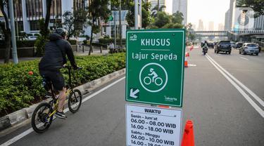 Warga menggunakan sepeda di jalur khusus sepeda di kawasan Jalan Sudirman, Jakarta, Selasa (14/7/2020). Pemprov DKI Jakarta memutuskan untuk meniadakan jalur sepeda sementara di kawasan protokol Jalan Sudirman-Thamrin, Jakarta Pusat mulai Minggu (19/7/2020) mendatang. (Liputan6.com/Faizal Fanani)