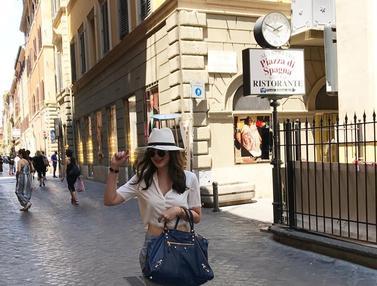 FOTO: Gaya Modis Luna Maya Saat Kenakan Topi, Kece Abis