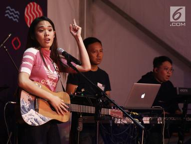 Penampilan penyanyi muda, Sheryl Sheinafia pada acara Vidio Fair 2.0 di Gandaria City, Jakarta, Sabtu (3/11). Selain Sheryl, musisi-musisi papan atas seperti Govinda, Andien dan GIGI juga akan tampil menghibur pengunjung. (Liputan6.com/Herman Zakharia)