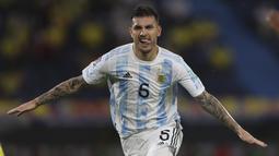 Gelandang timnas Argentina, Leandro Paredes merayakan gol kedua timnya yang dicetak ke gawang Kolombia pada laga lanjutan Kualifikasi Piala Dunia 2022 Zona Amerika Selatan di Stadion Metropolitano, Rabu (9/6/2021) pagi WIB. Argentina bermain imbang 2-2 dengan Kolombia. (AP Photo/Fernando Vergara)
